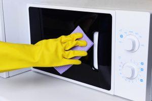 La vapeur pour nettoyer le micro-ondes
