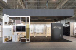 Un stand d'exposition design et artistique