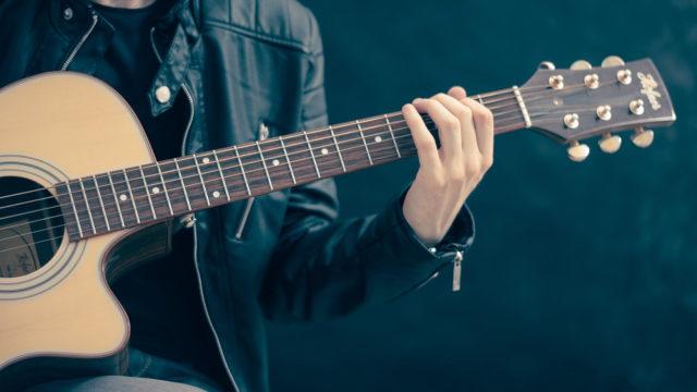 Comment bien débuter la guitare acoustique ?