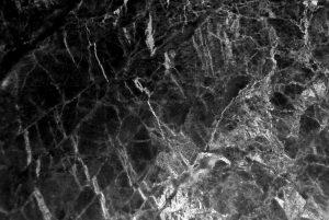Une table basse en marbre noir : bonne ou mauvaise idée?
