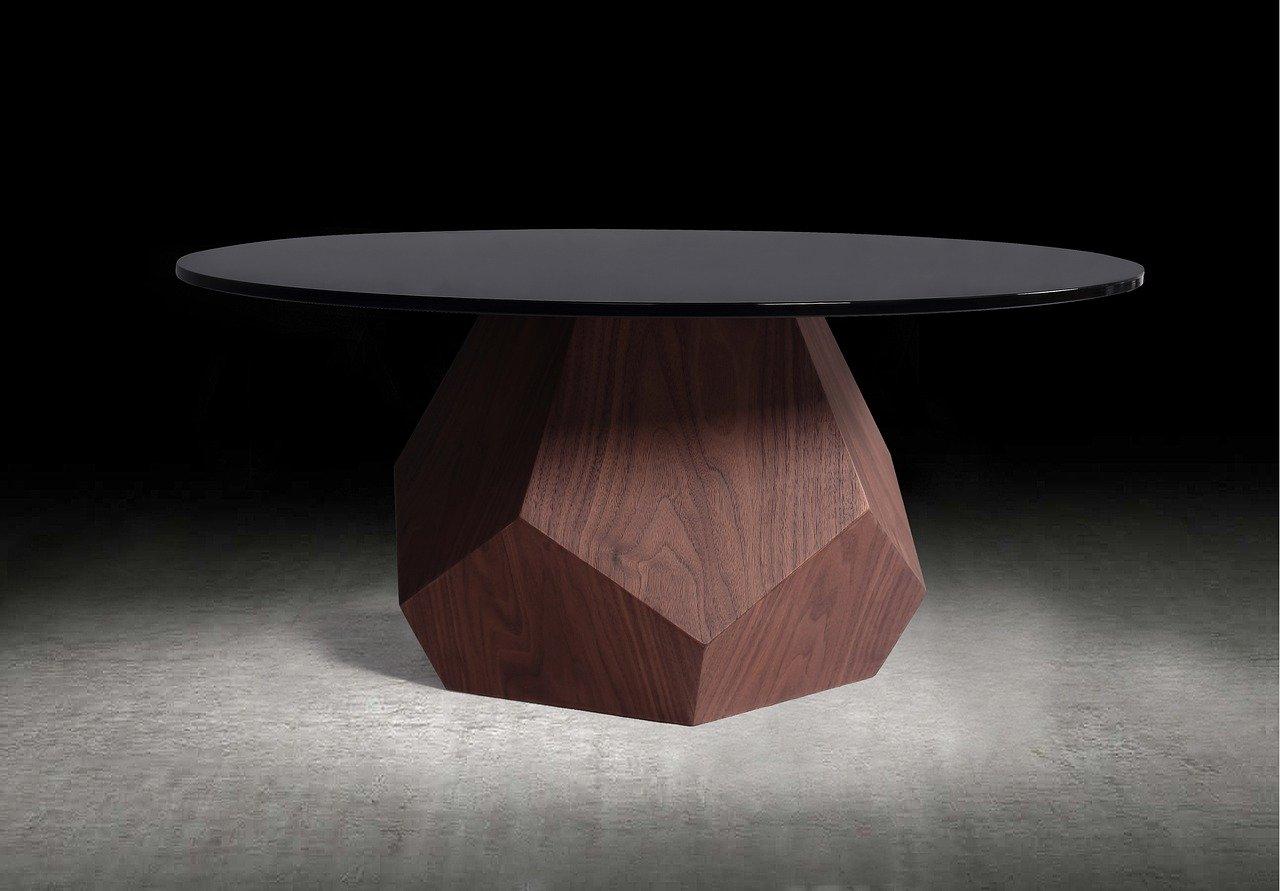 Une table basse en marbre noir